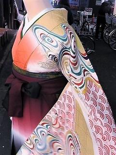 M7110013.JPG朱と萌黄ぼかしに観世水振袖と袴レンタル