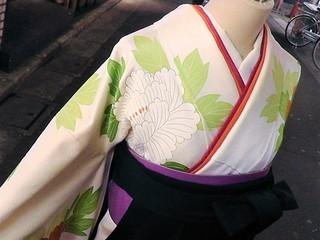 白地に大輪牡丹の振袖と袴